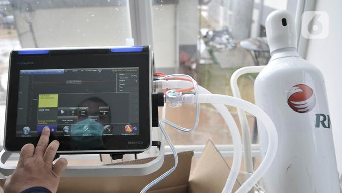 Petugas memeriksa alat pendukung perawatan pasien virus corona COVID-19 di Rumah Sakit Darurat Penanganan COVID-19 di Wisma Atlet Kemayoran, Jakarta, Minggu (22/3/2020). RS Darurat Penanganan COVID-19 dilengkapi dengan ruang isolasi, laboratorium, radiologi, dan ICU. (merdeka.com/Iqbal S. Nugroho)