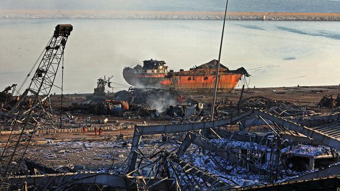 Sebuah kapal besar yang hancur setelah ledakan besar di pelabuhan Kota Beirut, Lebanon (5/8/2020). Dua ledakan besar melanda pelabuhan Beirut, menewaskan sedikitnya 78 orang dan ribuan luka-luka. (AFP Photo/Anwar Amro)