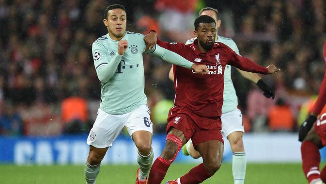 Duel yang dilakukan Wijnaldum dan Thiago Alcantara pada leg 1, babak 16 besar Liga Champions yang berlangsung di stadion Anfield, Liverpool, Rabu (20/2). Liverpool imbang 0-0 kontra Bayern Munchen. (AFP/Oli Scarff)