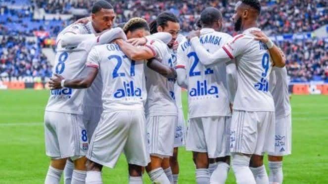 Para pemain Lyon merayakan gol.