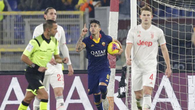 Pemain AS Roma, Diego Perotti, melakukan selebrasi usai membobol gawang Juventus pada laga Serie A di Stadion Olimpico, Roma, Minggu (12/1/2020). AS Roma takluk 1-2 dari Juventus. (AP/Andrew Medichini)