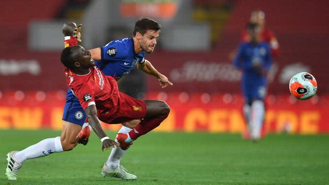 Striker Liverpool, Sadio Mane, berebut bola dengan bek Chelsea, Cesar Azpilicueta, pada laga lanjutan Premier League pekan ke-37 di Stadion Anfield, Kamis (23/7/2020) dini hari WIB. Liverpool menang 5-3 atas Chelsea. (AFP/Paul Ellis/pool)