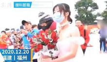 心疼男友低溫跑馬拉松…女穿婚紗等在終點給驚喜 一通電話讓她驚呆了