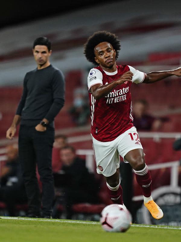 Gelandang Arsenal, Willian membawa bola saat bertanding melawan West Ham pada pertandingan lanjutan Liga Inggris di Stadion Emirates di London, Inggris, Sabtu (19/9/2020). Arsenal menang tipis 2-1 atas West Ham. (Will Oliver/Pool via AP)