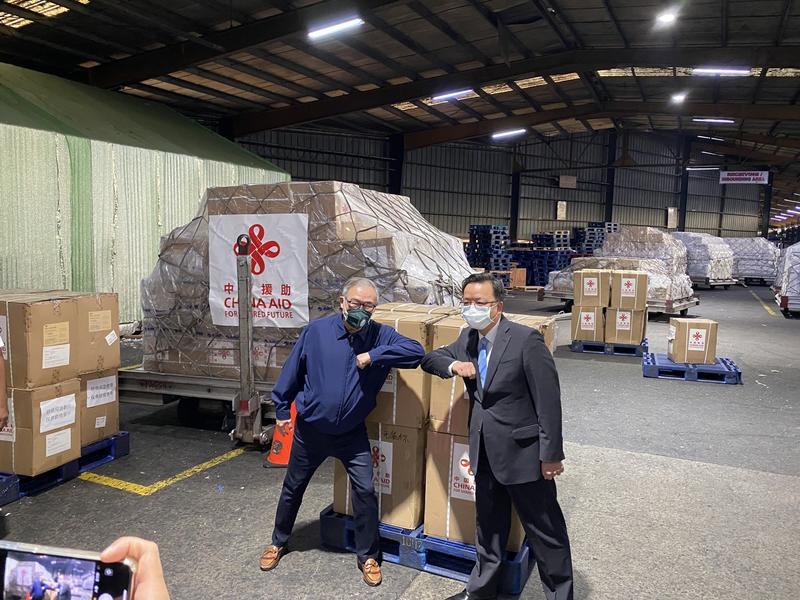 ▲外交部長陸辛(右)曾感謝中國送來的物資。(圖/翻攝推特)