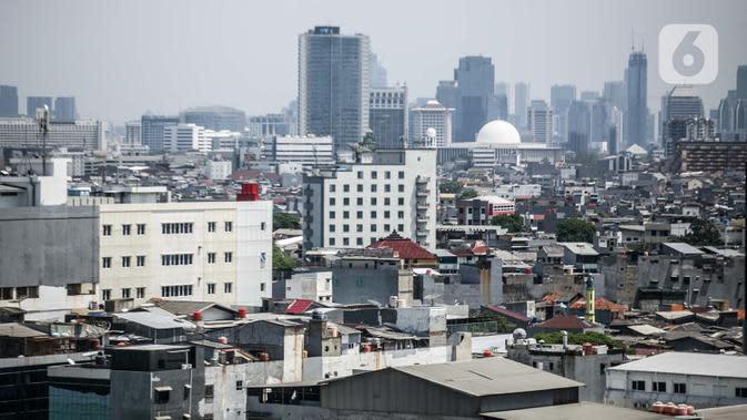 Pemandangan deretan gedung dan permukiman di Jakarta, Rabu (1/10/2020). Meski membaik, namun pertumbuhan ekonomi kuartal III 2020 masih tetap minus. (Liputan6.com/Faizal Fanani)
