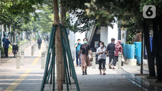 Sejumlah pegawai perkantoran di Jalan Sudirman, Jakarta, Rabu (29/7/2020). Data Pusdatin Kementerian Kesehatan menyebut, ada 701 kluster penularan Covid-19 di Indonesia dengan dominasi episentrum penyebaran dari Jakarta. (Liputan6.com/Faizal Fanani)