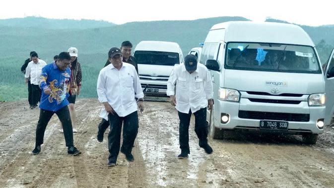 Presiden Jokowi dan sejumlah menteri meninjau ibu kota baru di Kecamatan Sepaku, Kabupaten Penajam Paser Utara, Kalimantan Timur, Selasa (17/12/2019).(Foto: Biro Pers Setpres)