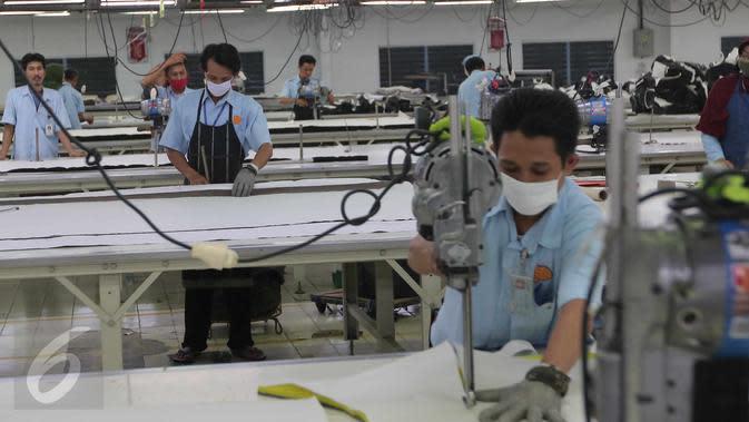Pekerja memotong pola di pabrik Garmen,Tangerang, Banten, Selasa (13/10/2015). Industri tekstil di dalam negeri terus menggeliat. Hal ini ditandai aliran investasi yang mencapai Rp 4 triliun (Liputan6.com/Angga Yuniar)