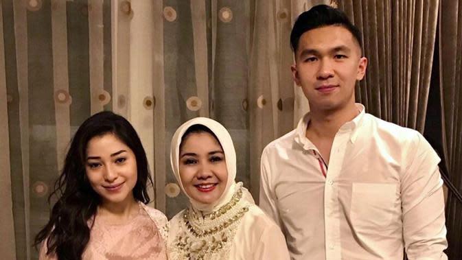 Momen Kebersamaan Indra Priawan dengan Keluarga Besar Nikita Willy. (Sumber: Instagram.com/yorafebrina)