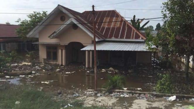 Kondisi rumah-rumah warga di Masamba yang tertimbun tanah