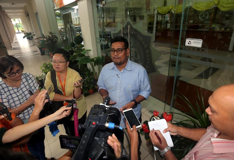 Khairil Shahril Mohamed speaks to reporters at the Perak MACC office in Ipoh December 6, 2018. — Picture by Farhan Najib