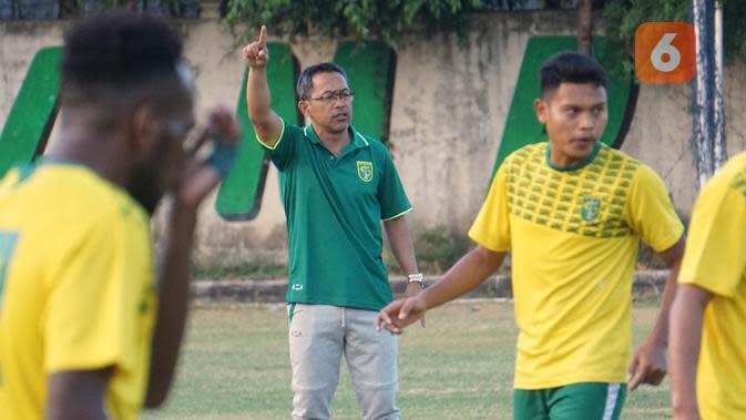Aji Santoso memimpin latihan Persebaya di Lapangan Polda Jatim, Surabaya, Kamis sore (31/10/2019). (Bola.com/Aditya Wany)