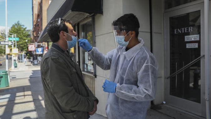 Seorang pria melakukan tes COVID-19 di lokasi tes darurat di Kew Gardens, New York City, Amerika Serikat (AS), 6 Oktober 2020. Menurut CSSE di Universitas Johns Hopkins hingga 7 Oktober 2020 waktu setempat, jumlah kasus COVID-19 di AS telah menembus angka 7,5 juta. (Xinhua/Wang Ying)