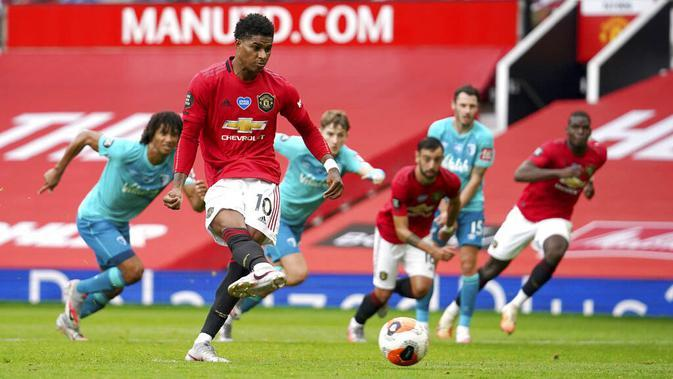Pemain Manchester United, Marcus Rashford, mencetak gol ke gawang Bournemouth pada laga Premier League di Stadion Old Trafford Sabtu (4/6/2020). Manchester United menang 5-2 atas Bournemouth. (AP/Dave Thompson)