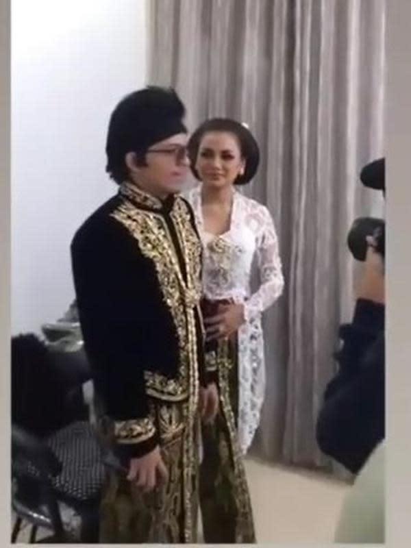 Atta dan Aurel lakoni pemotretan dengan busana adat. (Sumber: Instagram/@ahhafamilysoon)