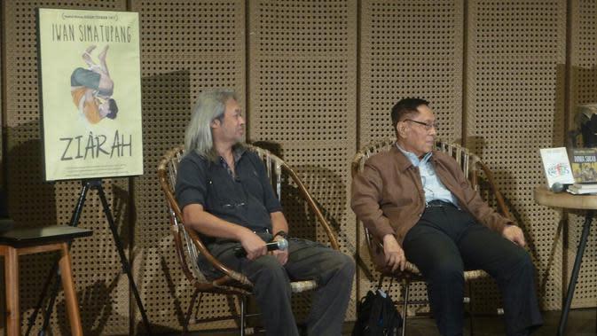 Seno Gumira Ajidarma (kiri) dan Budi Darma (kanan) dalam acara Menjadi Manusia dengan Sastra