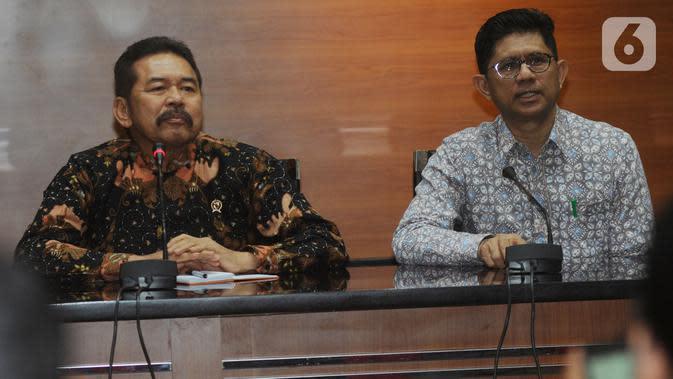 Jaksa Agung ST Burhanudin (kiri) dan Wakil Ketua KPK Laode Muhammad Syarif menyampaikan keterangan usai melakukan pertemuan di Gedung KPK, Jakarta, Jumat (8/11/2019). Pertemuan membahas sinergi dalam penanganan pemberantasan tindak korupsi antara KPK dan Kejaksaan Agung. (merdeka.com/Dwi Narwoko)
