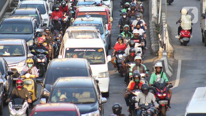 Pengendara terjebak kepadatan arus lalu lintas di Jalan Ciledug Raya, Jakarta, Jumat (15/5/2020). Dinas Tenaga Kerja, Transmigrasi dan Energi DKI Jakarta mencatat ada 1.100 perusahaan atau kantor di Jakarta melanggar aturan Pembatasan Sosial Berskala Besar (PSBB). (Liputan6.com/Helmi Fithriansyah)
