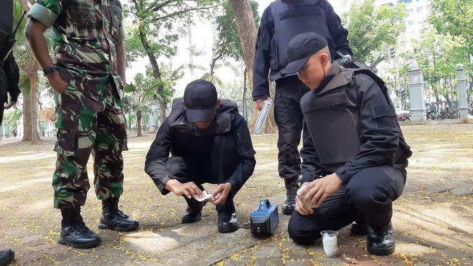 Olah TKP ledakan di Monas. (Liputan6.com/Ady Anugrahadi)