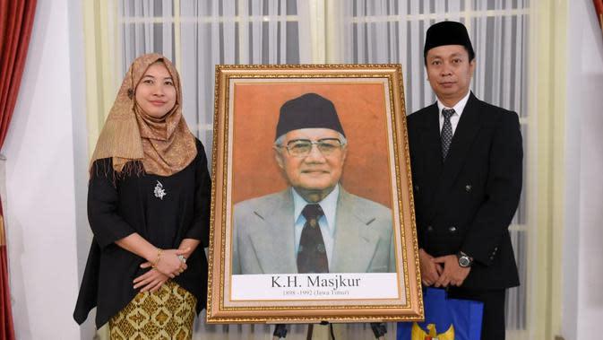 Keluarga KH Masjkur berfoto di samping lukisannya usai penganugerahan gelar Pahlawan Nasional. (Foto: Muchlis Jr - Biro Pers Sekretariat Presiden)