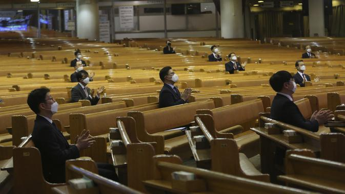 Para pendeta melakukan social distancing atau menjaga jarak saat kebaktian di Gereja Yoido Full Gospel, Seoul, Korea Selatan, Minggu (15/3/2020). Social distancing adalah cara terbaik untuk mencegah penyebaran virus corona COVID-19. (AP Photo/Ahn Young-joon)