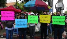 泰國年輕人舉著抗議標語 (圖)