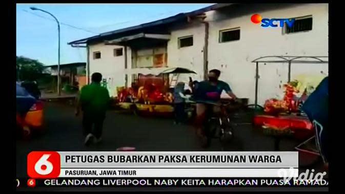 VIDEO: Satgas COVID-19 Pasuruan Bubarkan Kerumunan Warga Ngabuburit di Pelabuhan