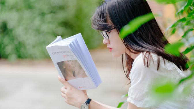 Ilustrasi Membaca Buku Credit: pexels.com/MinAn