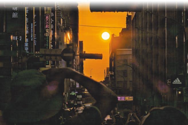 日新威秀宣布9月落幕,巧的是昨日北市西門町峨嵋街正好上演懸日秀。(姚志平攝)