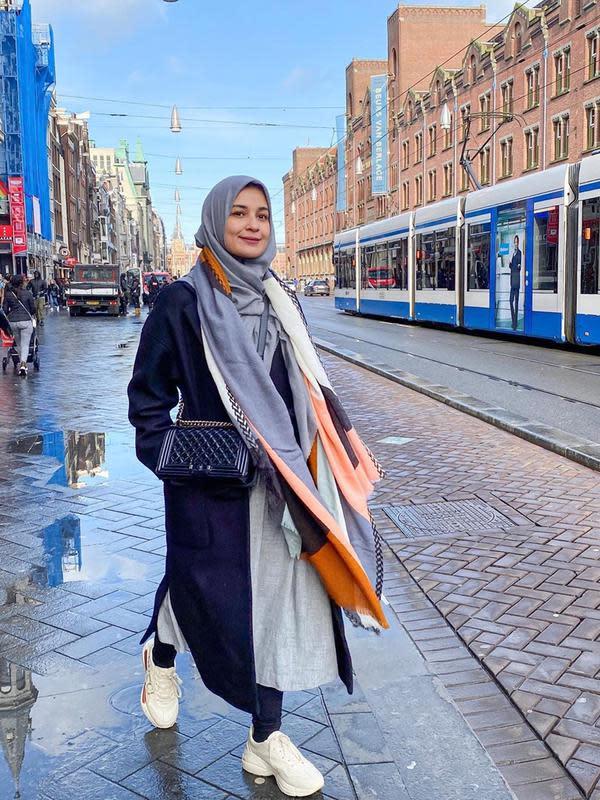 Cukup dikenal memiliki gaya penampilan yang simpel, Shireen Sungkar pun sering menggunakan syal ataupun pasmina sebagai aksesoris tambahan. Ia juga lebih sering menggunakan sneakers saat berlibur di luar negeri. (Liputan6.com/IG/@shireensungkar)