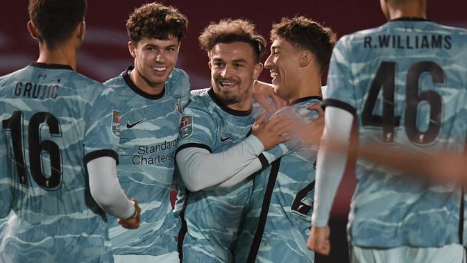 Gelandang Liverpool, Xherdan Shaqiri (tengah) berselebrasi dengan rekan satu tim setelah mencetak gol ke gawang Lincoln City pada putaran ketiga Piala Liga Inggris di stadion LNER, Lincoln, Inggris, Kamis (24/9/2020). Liverpool menang telak 7-2 atas Lincoln City. (Peter Powell, Pool via AP)