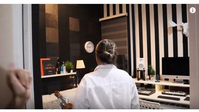 7 Penampakan Isi Rumah Syahnaz Sadiqah, Ada Studio Musiknya (sumber: YouTube Itikk Family)