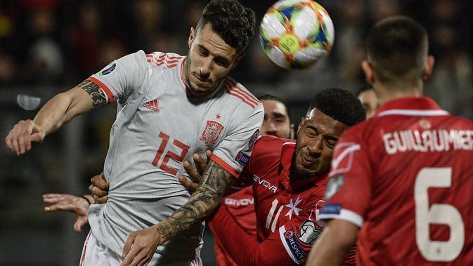 Duel udara yang dilakukan bek Spanyol, Mario Hermoso pada laga kedua Kualifikasi Piala Eropa 2020 yang berlangsung di Stadion Ta Qali, Malta, Rabu (27/3). Spanyol menang 2-0 atas Malta. (AFP/Filippo Monteforte)