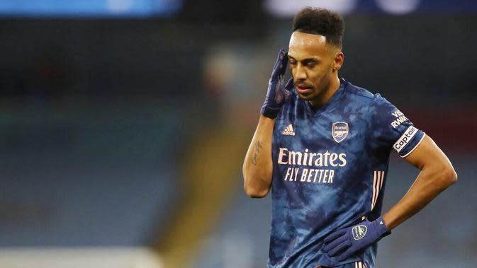 Striker Arsenal, Pierre-Emerick Aubameyang, tampak kecewa usai ditaklukkan Manchester City pada laga Liga Inggris di Stadion Etihad, Minggu (18/10/2020). City menang dengan skor 1-0. (Martin Rickett/Pool via AP)