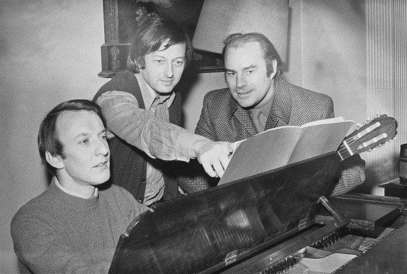 The pianist and composer Richard Rodney Bennett (1936-2012), pianist and conductor Andre Previn (1929-2019), and Bream at the piano, December 1970 - Evening Standard/Hulton Archive/Getty