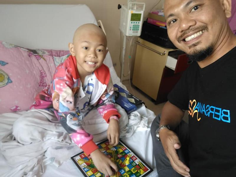 Jeffri Senin with his daughter Rayyana, who is being treated at the Sultan Ismail Hospital in Johor Baru. — Picture via Facebook