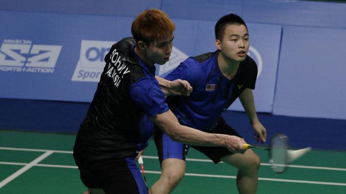 Ganda putra Malaysia, Aaron Chia / Soh Wooi Yik, mengembalikan kok saat melawan Fajar Rian / Muhammad Rian, pada final beregu SEA Games 2019 di Multinlupa Sport Center, Rabu (4/12). Fajar / Rian kalah 17-21 dan 13-21. (Bola.com/M Iqbal Ichsan)