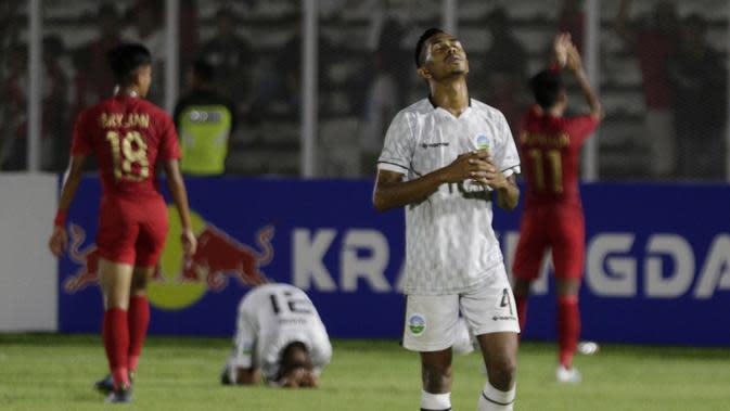 Pemain Timor Leste tampak kecewa usai takluk dari Indonesia pada laga Kualifikasi Piala AFC U-19 2020 di Stadion Madya, Jakarta, Rabu, (6/11/2019). Indonesia menang 3-1 atas Timor Leste. (Bola.com/M Iqbal Ichsan)