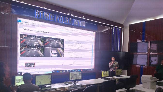Di Surabaya, Jawa Timur akan menerapkan tilang elektronik atau Electronic Traffic Law Enforcement (E-TLE) dengan memanfaatkan closed circuit television (CCTV) pada Januari 2020. (Foto: Liputan6.com/Dian Kurniawan)