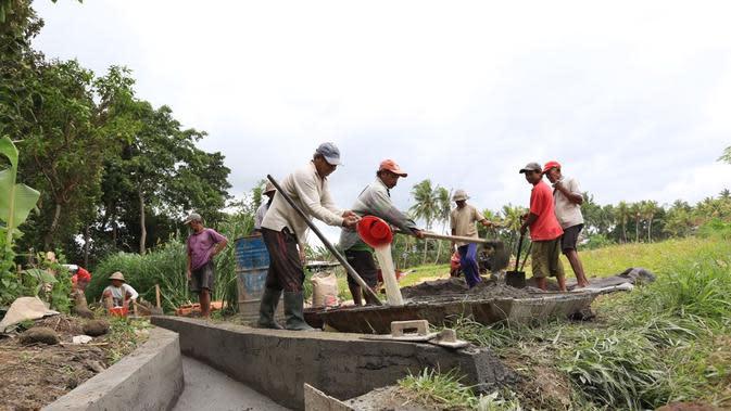 Perbaikan irigasi subak di Bali menggunakan dana desa (Foto: Dok Kemendes)