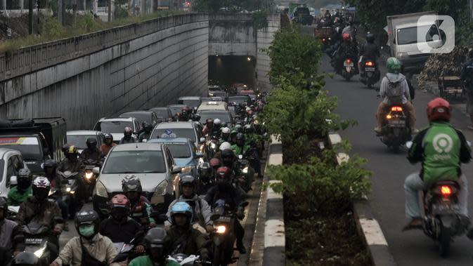 Kendaraan terjebak kemacetan saat melintasi Underpass Pasar Minggu, Jakarta, Kamis (12/3/2020). Kemacetan yang terjadi di Underpass Pasar Minggu imbas dari pembangunan Flyover Poltangan. (merdeka.com/Iqbal Nugroho)