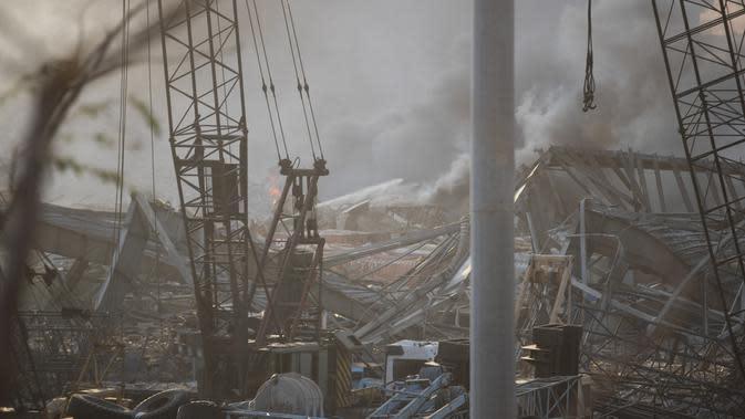 Kondisi bangunan setelah ledakan besar di Beirut, Lebanon, Selasa, (4/8/2020). Saksi mata melihat banyak orang terluka oleh kaca terbang dan puing-puing akibat ledakan besar tersebut. (AP Photo/Hassan Ammar)