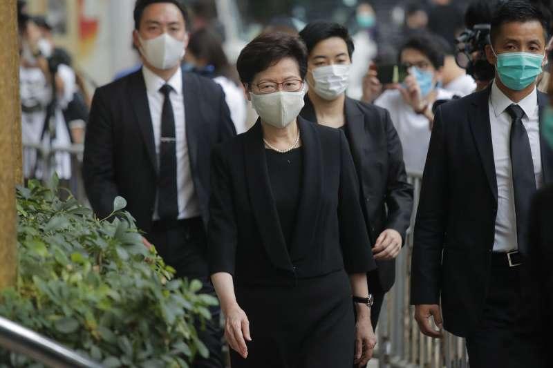 美國根據《香港自治法》祭出的第一波制裁名單,層級直接上到香港特首林鄭月娥(左前)。(美聯社)