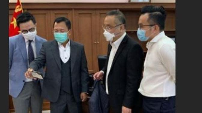 Menkes Terawan Pesan Jas Rancangan Jonathan Wongso dari Wong Hang? (dok.Instagram @jonathanwongso/Insta Story/Henry)