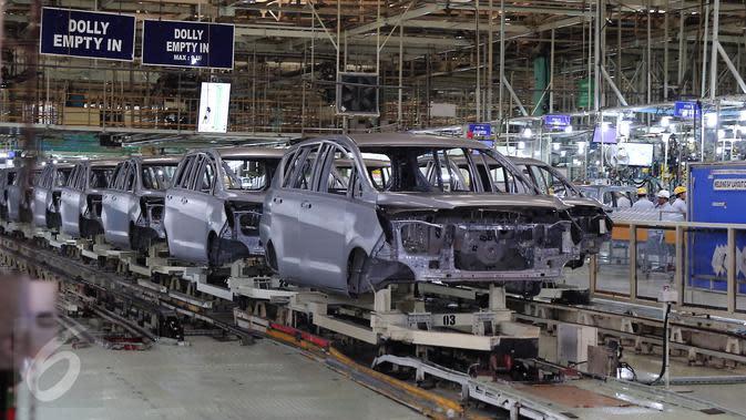 Foto yang diambil pada 16 November 2015 menunjukan aktivitas perakitan mobil All News Kijang Innova di Pabrik TMMIN Karawang. Mobil baru tersebut akan memberi warna baru pada perkembangan pasar MPV dalam negeri. (Liputan6.com/Angga Yuniar)