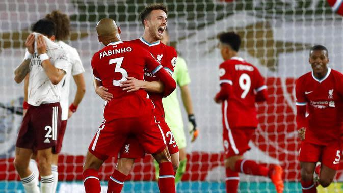 Para pemain Liverpool merayakan gol yang dicetak oleh Diogo Jota ke gawang Arsenal pada laga Liga Inggris di Stadion Anfield, Senin (28/9/2020). Liverpool menang dengan skor 3-1. (Jason Cairnduff/Pool via AP)