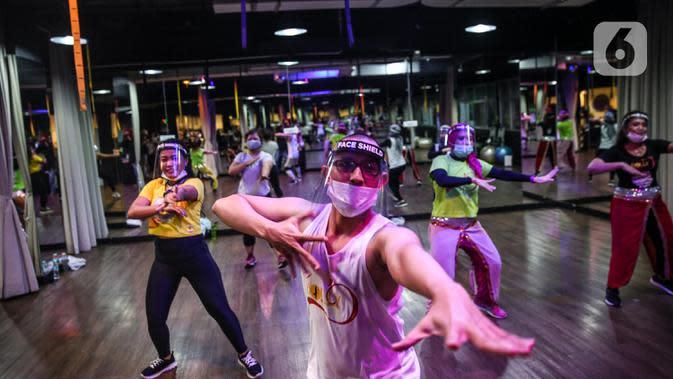 Instruktur mengenakan masker dan face shield pada sesi kelas senam Bolly'D (Bollywood Fitness Dance) di Raga Studio, Jakarta, Senin (15/6/2020). Memasuki pekan kedua masa PSBB Transisi di DKI Jakarta, beberapa pusat kebugaran menerapkan protokol kesehatan. (Liputan6.com/Faizal Fanani)