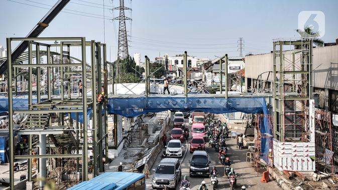 Kendaraan saat melintasi proyek pembangunan Halte Transjakarta Pasar Senen, Jakarta, Rabu (19/8/2020). Halte Transjakarta yang nantinya akan terintegrasi dengan Pasar Jaya Senen tersebut ditargetkan rampung pada akhir tahun 2020. (merdeka.com/Iqbal S. Nugroho)