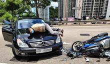 筲箕灣外賣電單車撼私家車 鐵騎士遭拋飛墮車頭命危